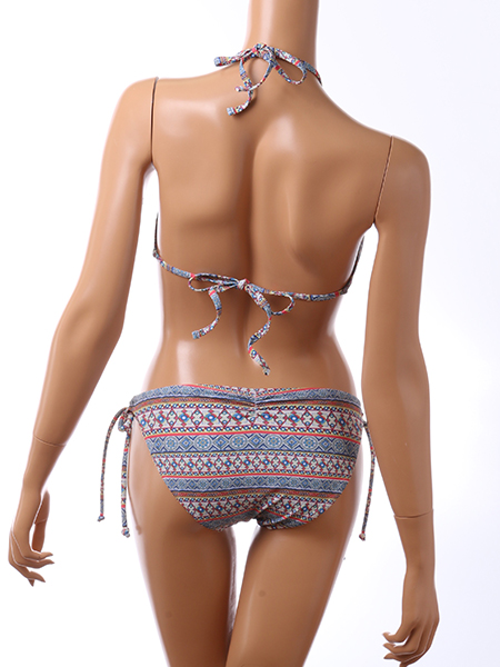 背中は紐で調節可能