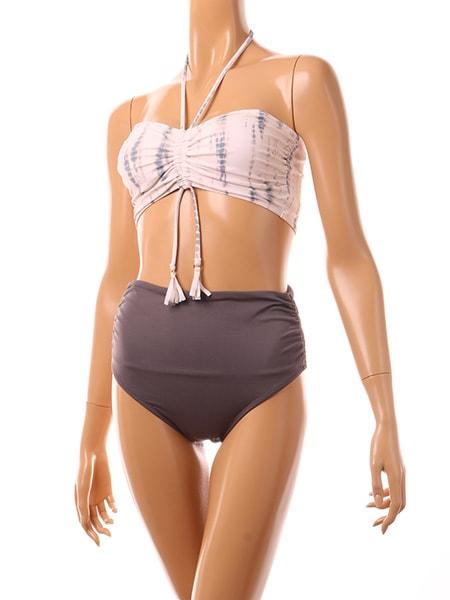 胸元の紐で絞れます。