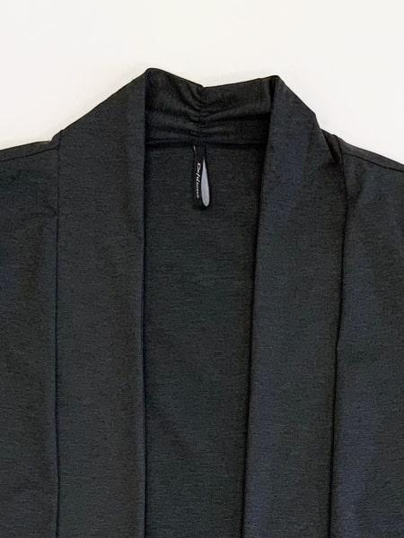 ブラック 襟元