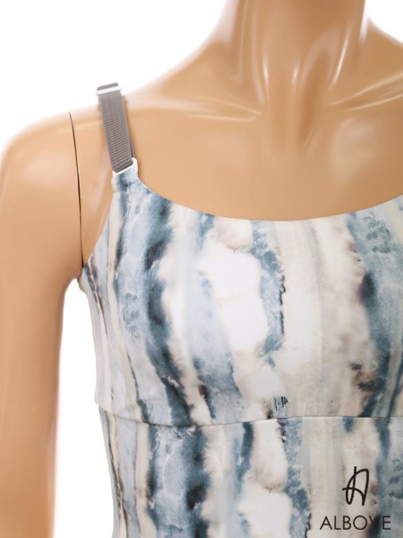 肩紐はアジャスターで調節可能